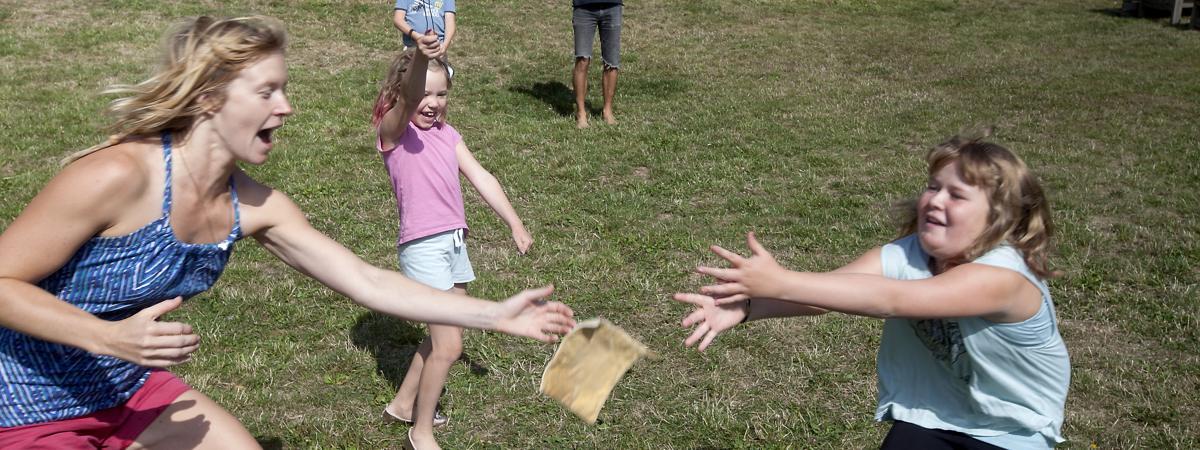 Ledare och barn leker