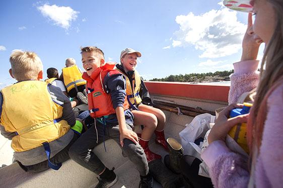 Barn som åker båt - Fotograf: Lars Epstein
