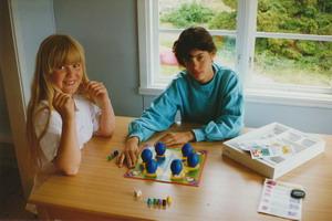 Barn som spelar sällskapsspel