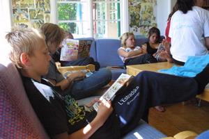 Flera barn som sitter och läser